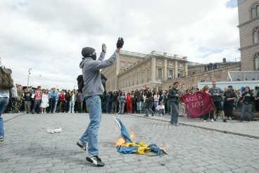 Afa demonstrerade i Stockholm och brände svenska flaggan utanför Slottet.