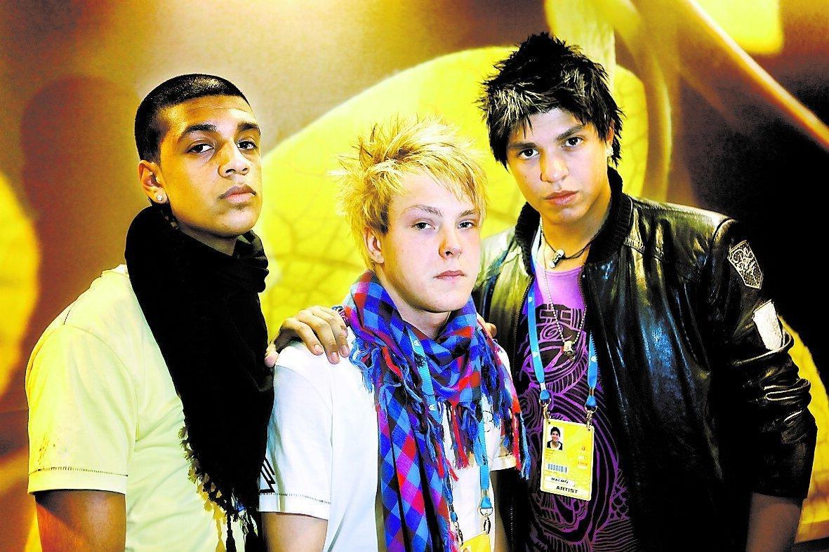 """I kväll hedrar Adam, Jimmy och Gonzalo i Next3 Jimmys mamma, som drömde om att se bandet i Melodifestivalen. """"Allt vi gör i kväll och i framtiden ska vi göra för hennes skull"""", säger Gonzalo."""
