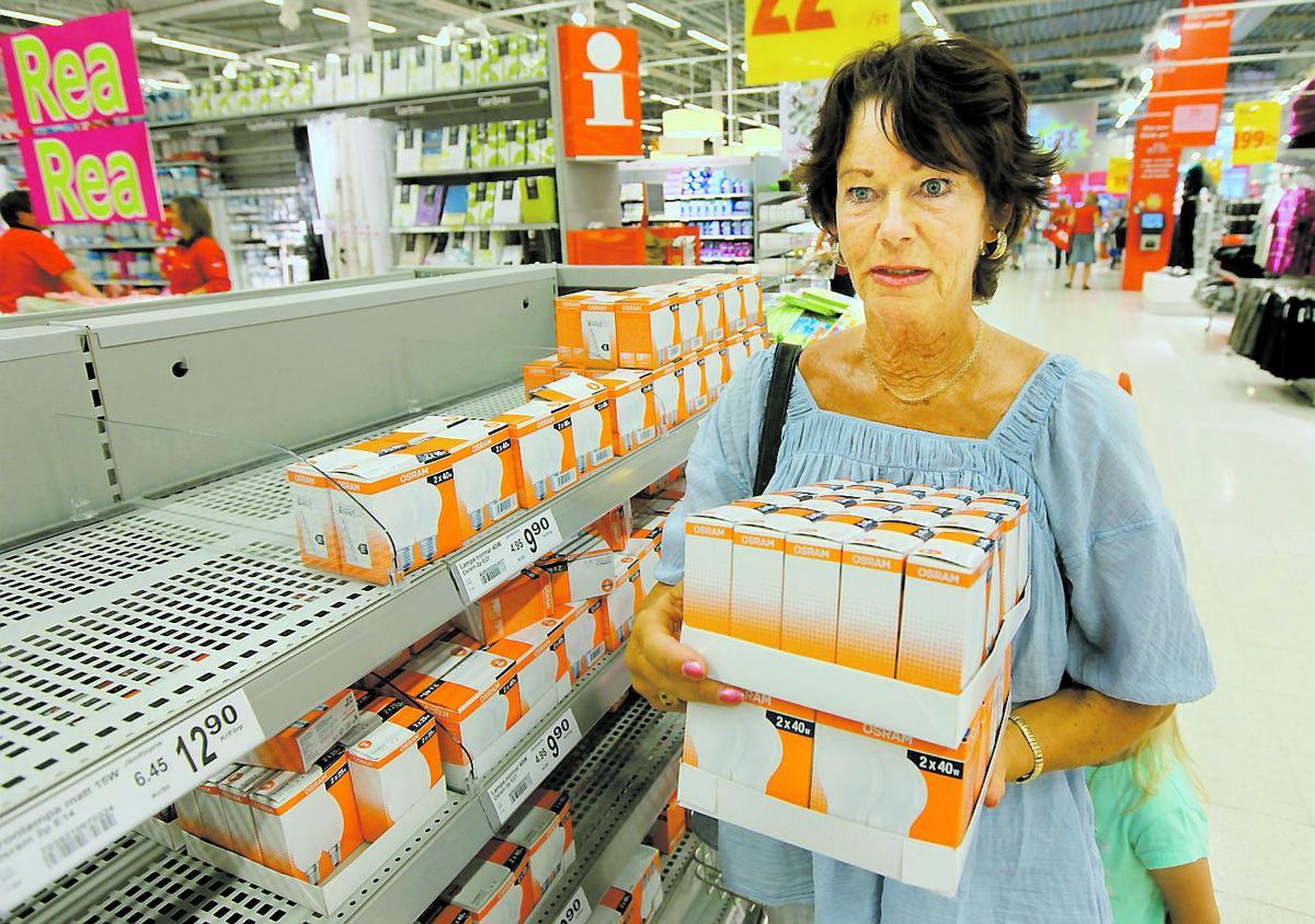 """""""Klart man köper på sig"""" Eva-Britt Svensson tycker att de gamla lamporna är både bättre och billigare, och gör som många andra – köper på sig innan de försvinner från butikerna."""