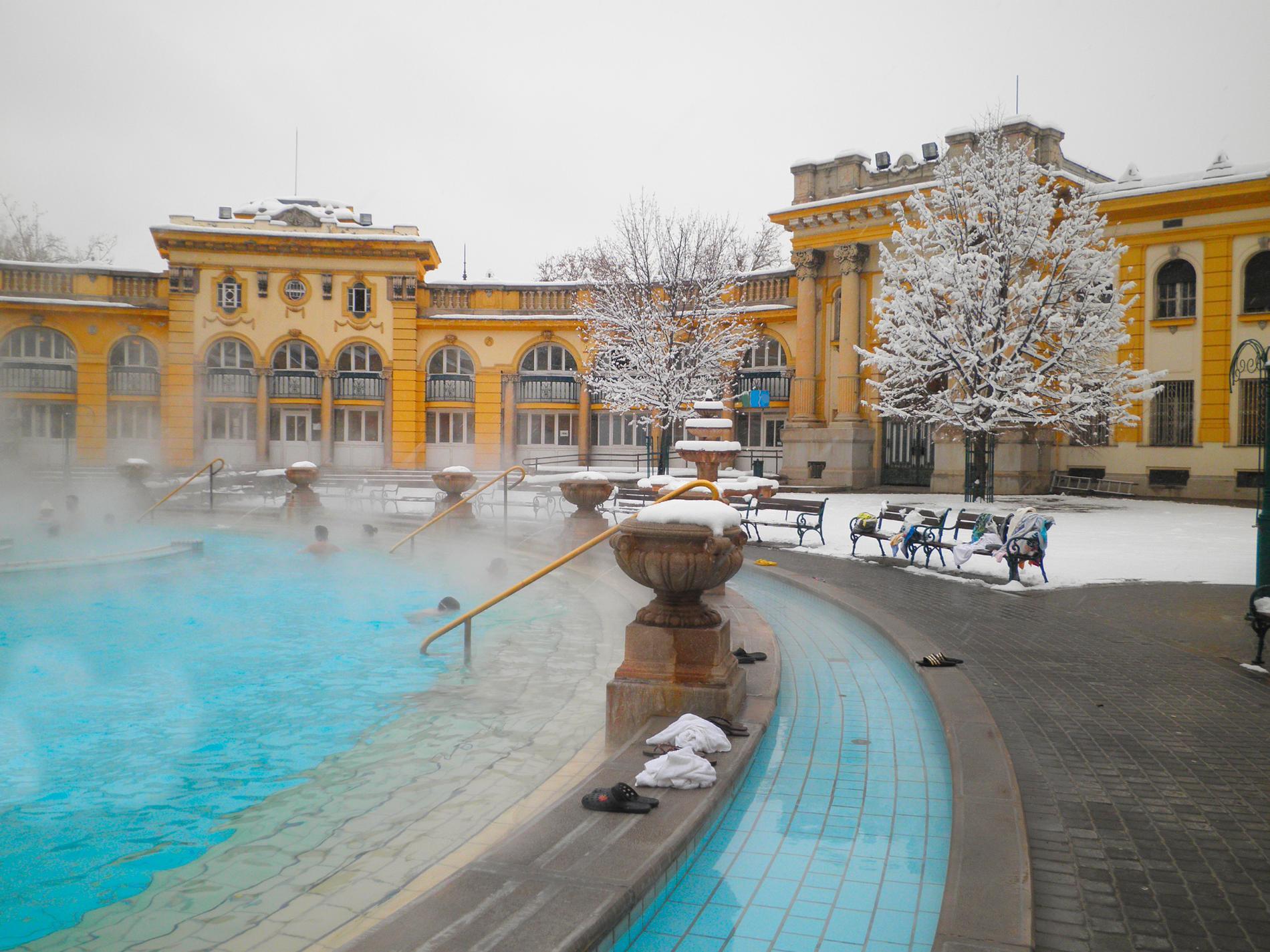 Året runt kan besökare bada i Szechenyi termalbad.