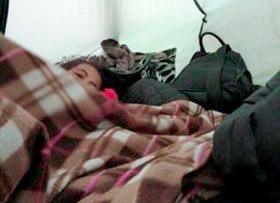 Selma sover i tält under sin flykt genom Europa 2019.