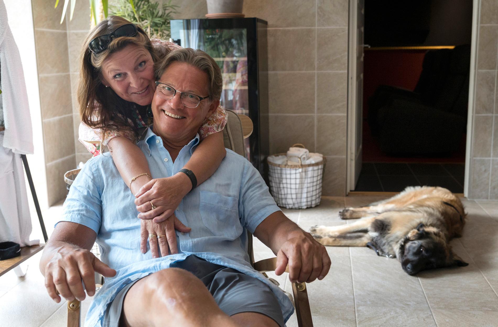 Familjens nytillskott, hunden Nova vilar medan Lotta Engberg håller om Mikael Sandström i parets poolvåning i nya villan
