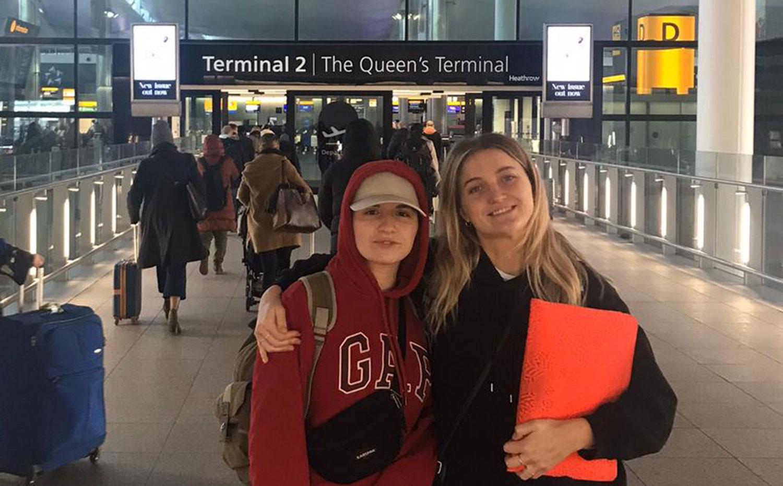 Dina och Julia på Heathrow innan resan påbörjades.