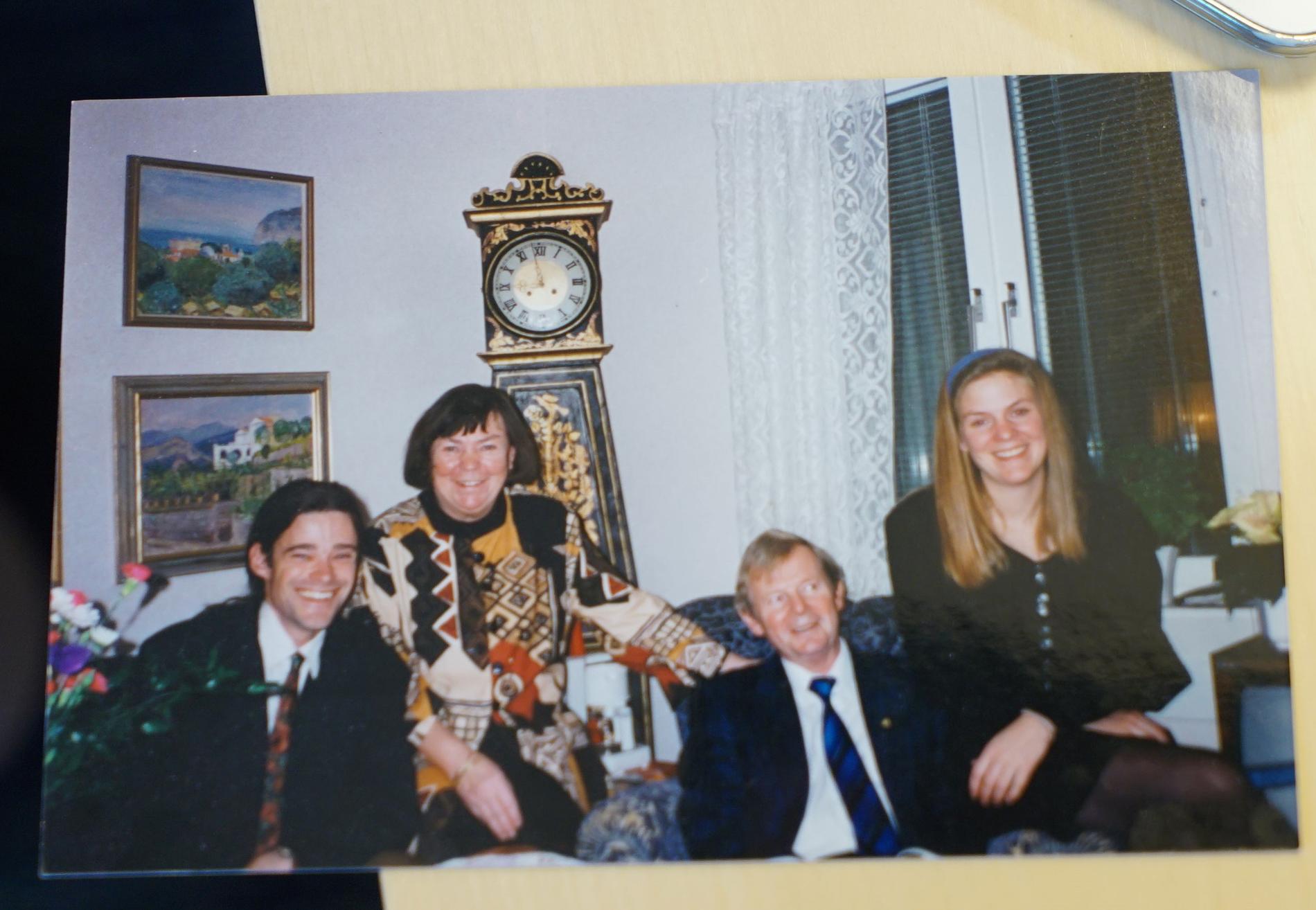 Magdalena Andersson tillsammans med sina föräldrar och sin make Richard Friberg.