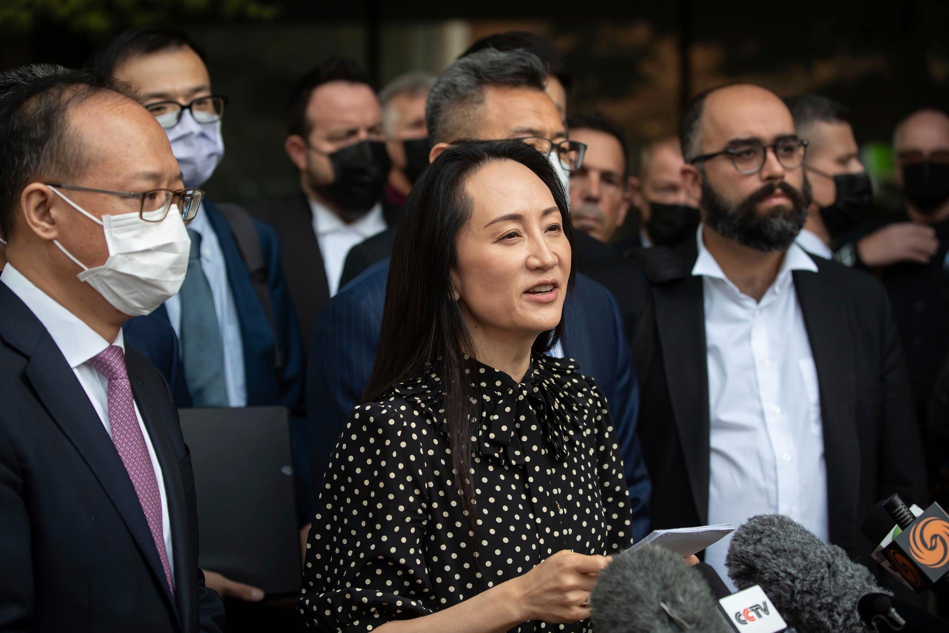 Telekomjätten Huaweis ekonomichef Meng Wanzhou läser upp ett uttalande efter att en domstol i Vancouver släppt henne fri.