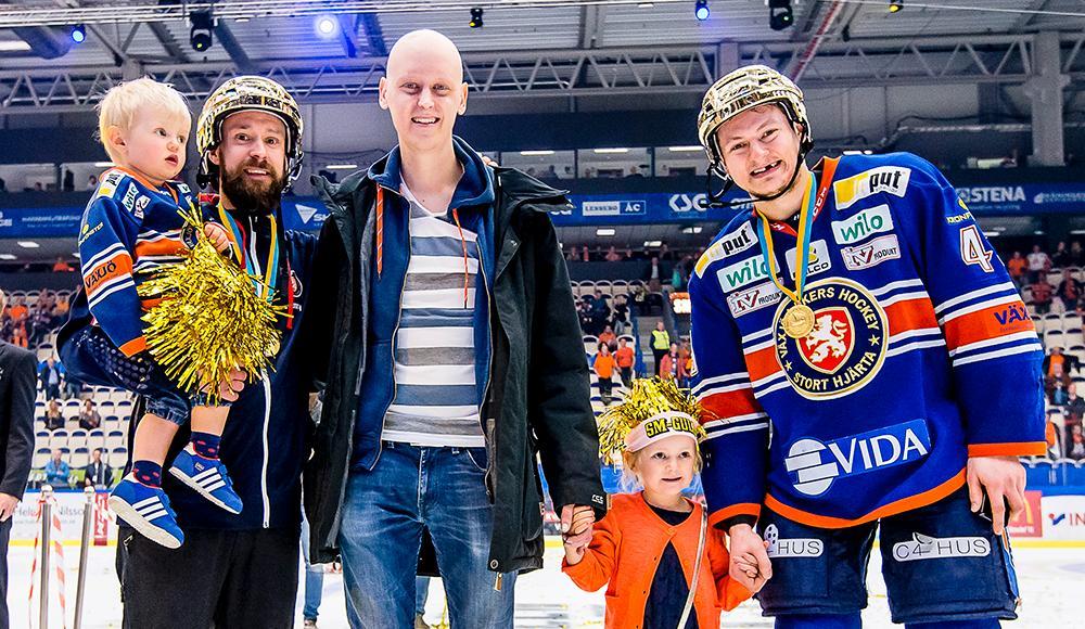 Andreas Waldo, i mitten, firade med laget på isen efter SM-guldet.