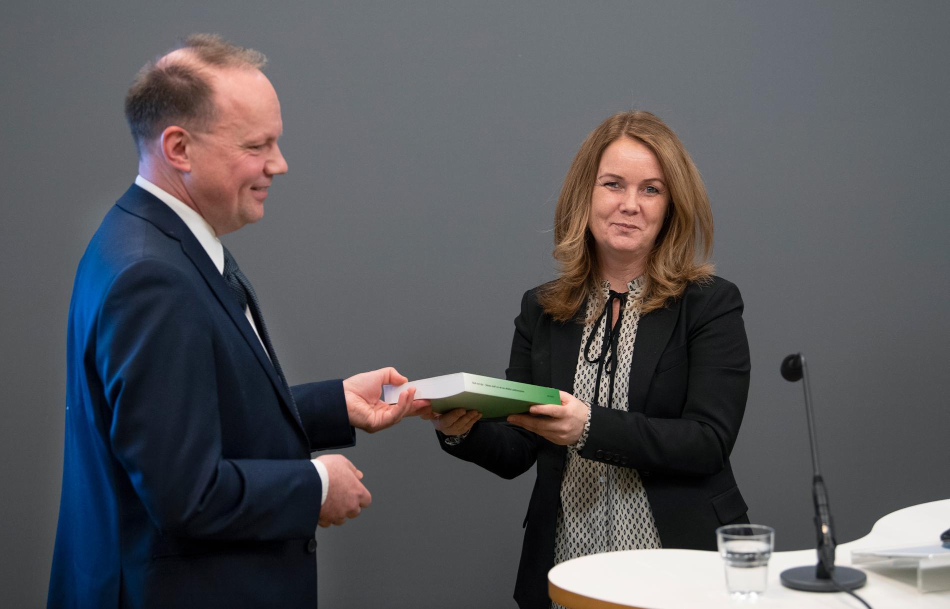 Landsbygdsminister Jennie Nilsson (S) är inte ovillig att höja straffen för grovt djurplågeri som utredaren Lars Wallinder föreslår. Arkivbild.