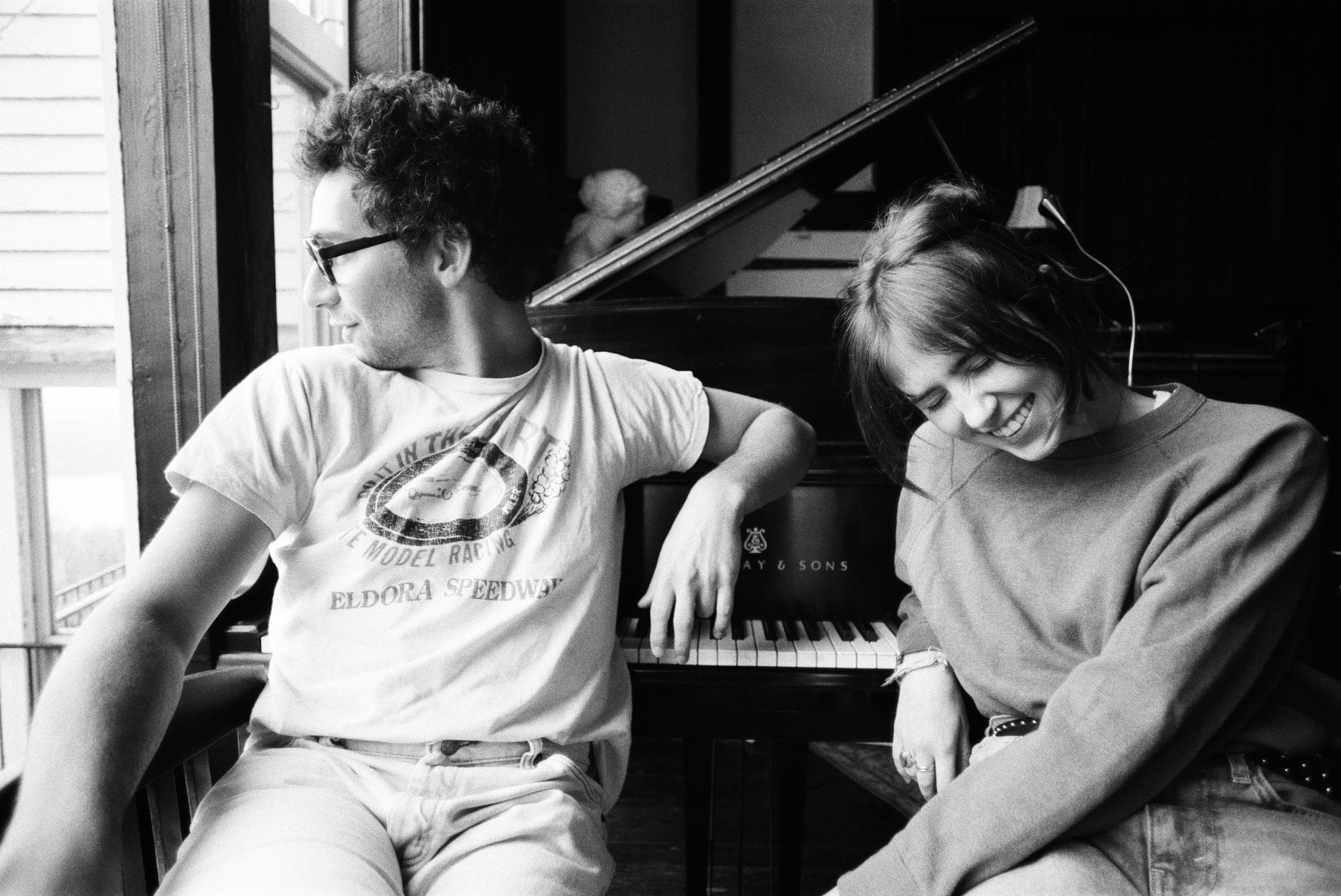 """Clairo med Jack Antonoff i Catskills, New York. Om två veckor kommer hennes andra album """"Sling""""."""