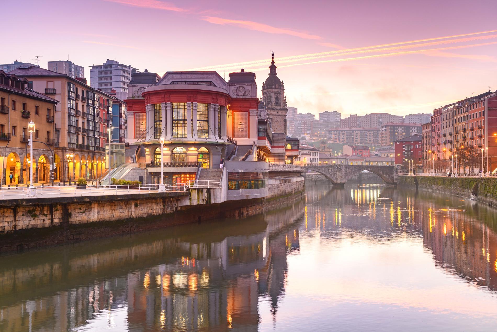 Stanna till i Bilbao och besök Guggenheim-muséet.