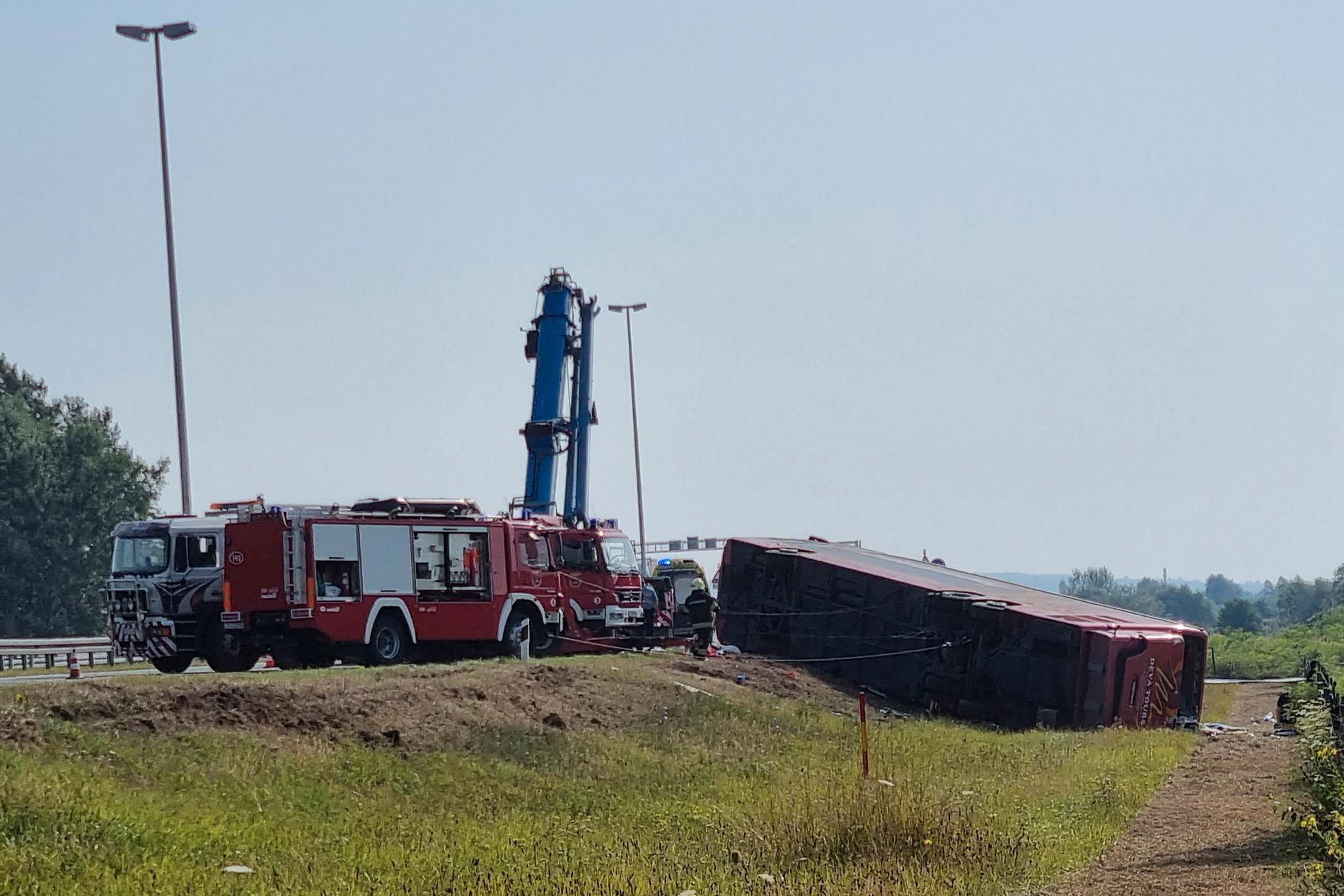 Räddningstjänst arbetar på olycksplatsen där en buss körde av vägen nära staden Slavonski Brod i östra Kroatien.
