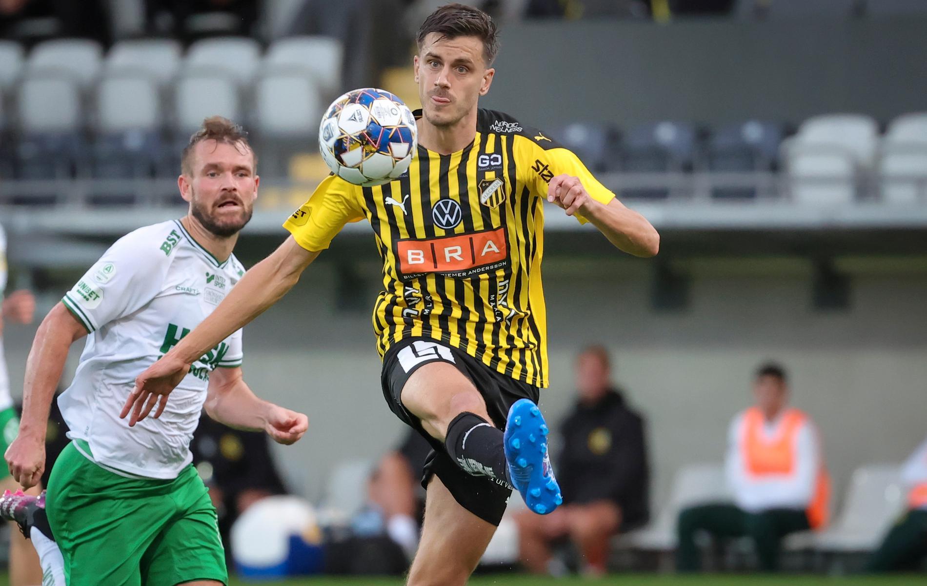 """Alexander Jeremejeff springer ifrån Hammarbys backar, tar med sig en långboll och placerar in Häckens kvittering till 1–1. Ett snyggt mål – men ett """"pissmål"""" med Hammarbys ögon sett."""