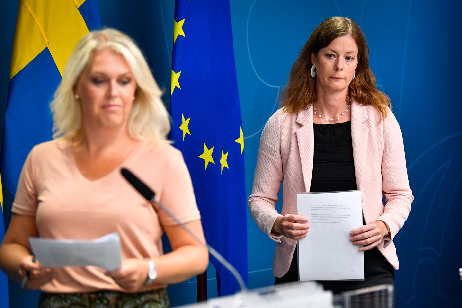 Socialminister Lena Hallengren och särskilda utredaren Karin Lewin. Bilden från i fjol somras, då Lewin presenterades som utredare.