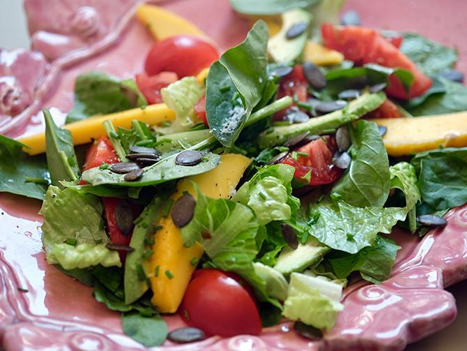 Sallad med färsk spenat, söt mango och krämig avokado. Pumpakärnorna ger härlig crunch.