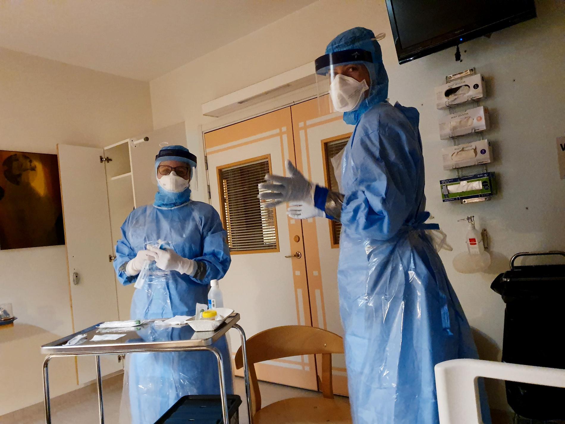 Läkarna tar prover på Maria.