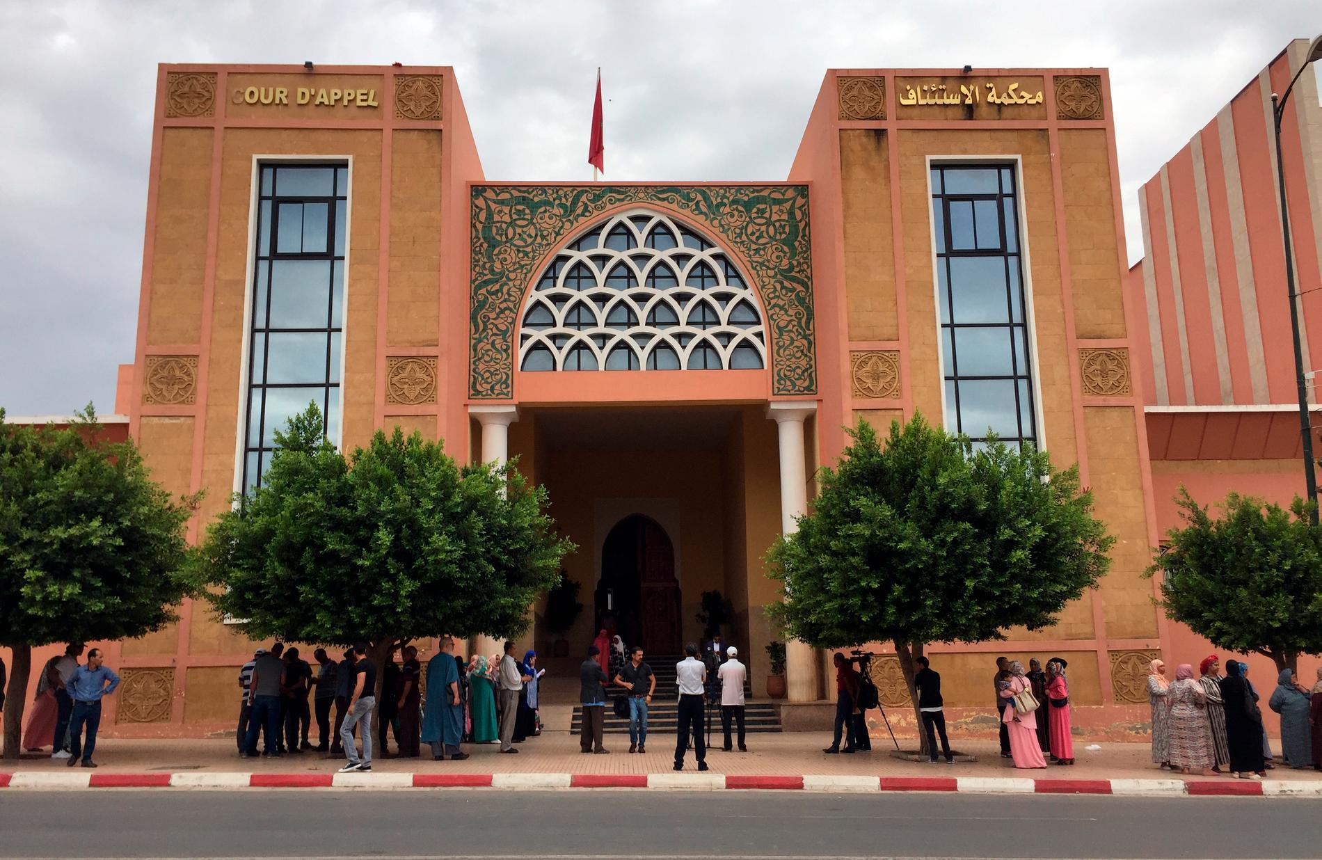Familjemedlemmar är samlade utanför domstolen i Béni Mellal. Bilden togs i början av september 2018, då den första domstolsförhandlingar hölls i målet.