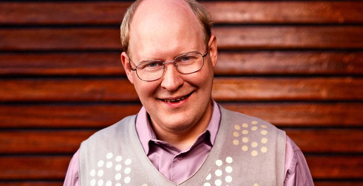 """Ove Sundberg (spelad av Henrik Dorsin) i """"Solsidan"""" –en mardrömsgranne."""