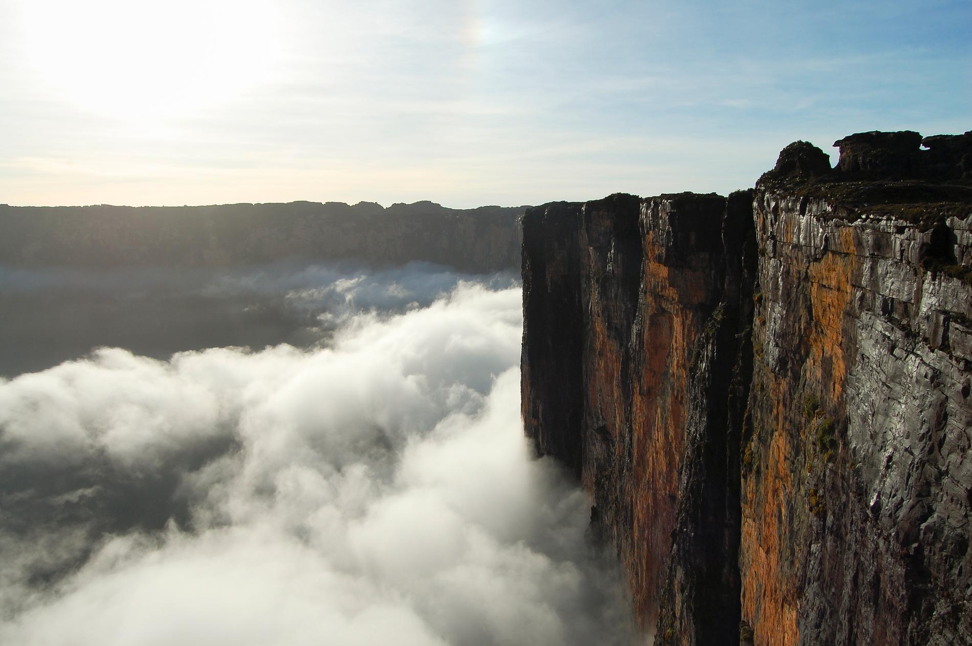 Roraimamassivet är omgivet av höga stup.