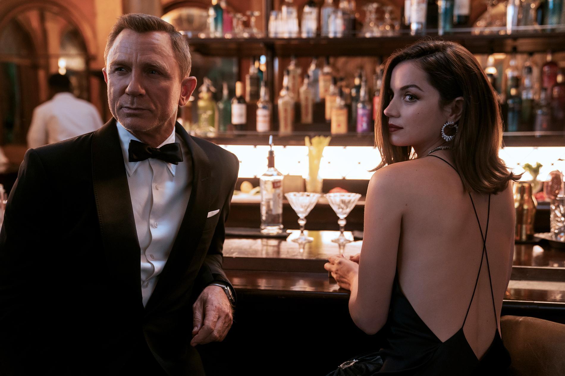 """Daniel Craig och Ana de Armas i """"No Time To Die""""."""