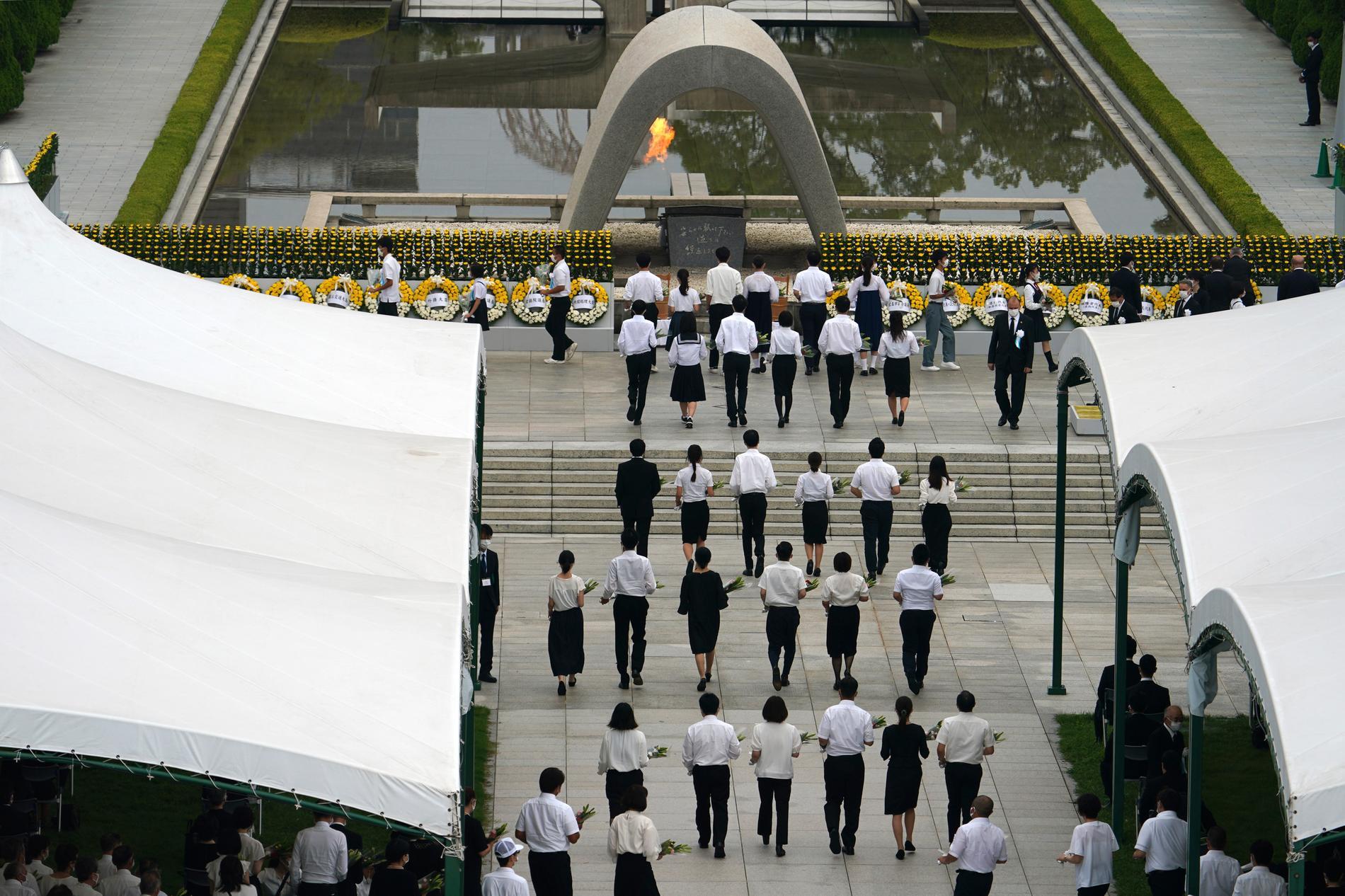 Årets minnesceremoni i Hiroshimas Peace Memorial Park var coronaanpassad och med färre deltagare än normalt.