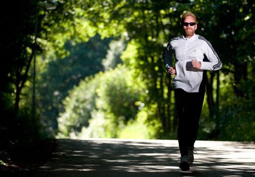 """Vägde 115 kilo Förr åkte Björn Möllerström, 40, raka vägen från jobbet till soffan. I dag springer han flera mil i veckan. """"Jag är mycket mer positiv nu"""", säger han."""