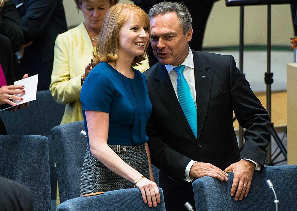 Centerledaren Annie Lööf vill införa något slags politiskt beslutad maximilön. I alla fall för några. Det är ett stoppdumt  förslag, som borde ha hejdats av en grundkurs i svensk arbetsmarknad. Ändå kommer nu Liberalerna dragande med en liknade idé.