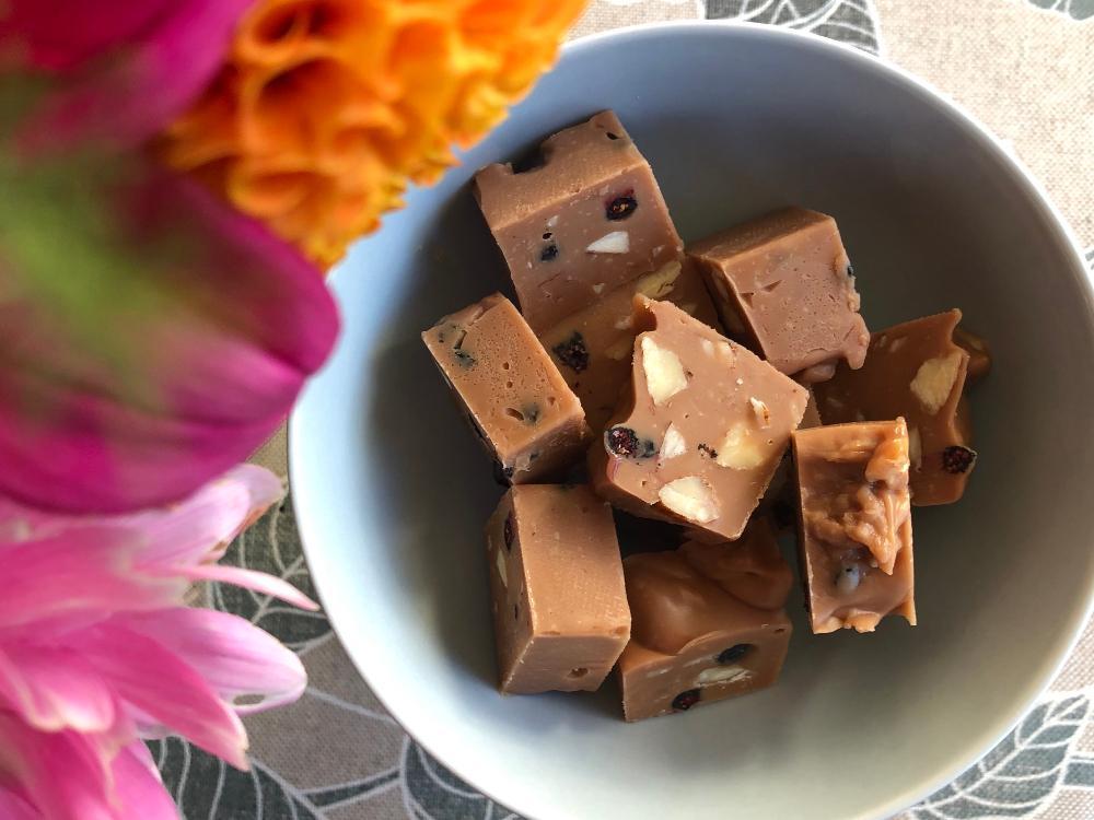 Chokladfudge med mandel och blåbär
