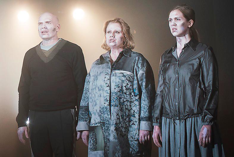 Peter Järn, Lena Nilsson och Malin Persson på Teater Galeasens scen.